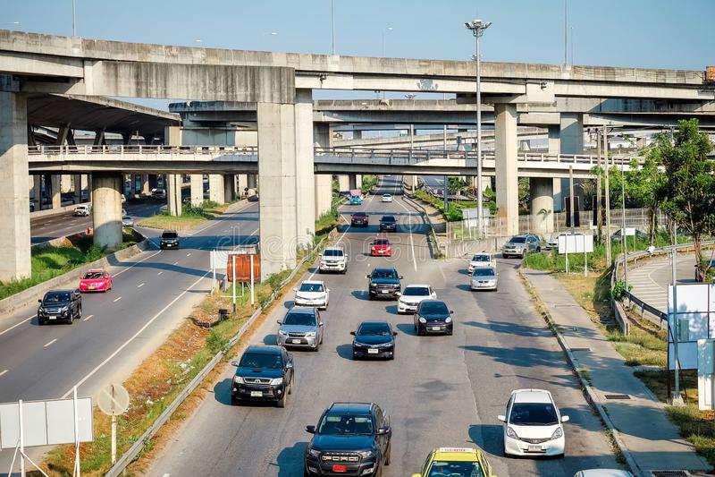 Samutprakarn, Ταϊλάνδη - 13 Απριλίου 2019: Πολλά αυτοκίνητα προκαλούν τα μποτιλιαρίσματα στα οδικά τρεξίματα παράλληλα στον παραδ στοκ φωτογραφία