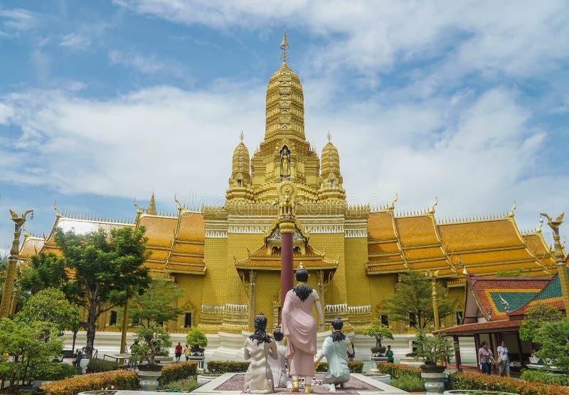 Samutprakarn / Tailândia - 12 de agosto de 2019: belo templo dourado com estátua budista ao nascer imagem de stock