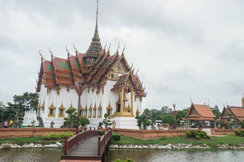 Samutprakarn / Tailândia - 12 de agosto de 2019: paisagem de belo templo perto do rio na Cidade Antiga fotografia de stock royalty free