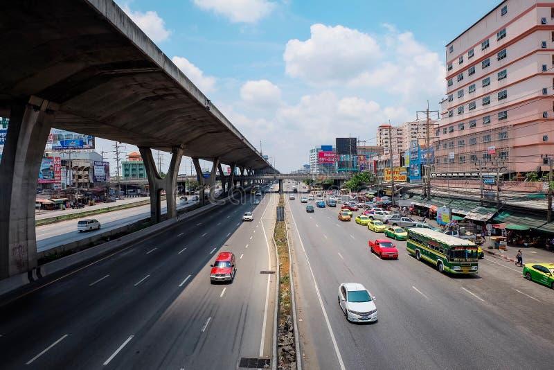 Samutprakarn, Tailandia - 13 de abril de 2019: Muchos atascos de la causa del coche en los funcionamientos del camino paralelos a imagen de archivo