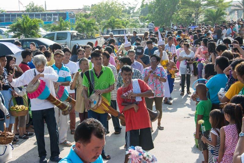 Samutprakarn TAJLANDIA, OCT, - 28: ludzie bawić się muzycznego i Tajlandzkiego tradycyjnego tana dla końcówki buddysta Pożyczając zdjęcia stock