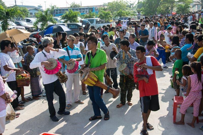 Samutprakarn TAJLANDIA, OCT, - 28: ludzie bawić się muzycznego i Tajlandzkiego tradycyjnego tana dla końcówki buddysta Pożyczając zdjęcie royalty free