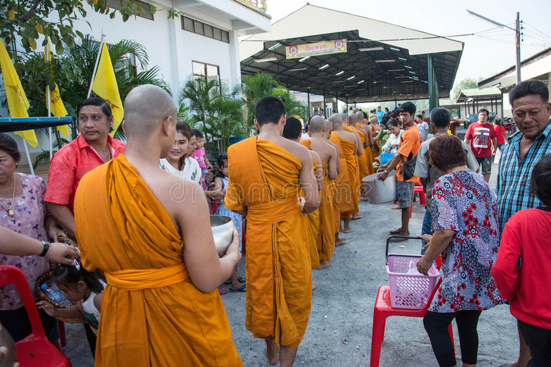 Samutprakarn TAJLANDIA, OCT, - 28: Mnichom buddyjskim dają karmowej ofiarze od ludzi dla końcówki buddysta Pożyczający dzień na P obraz royalty free