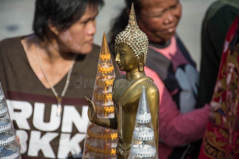 Samutprakarn TAJLANDIA, OCT, - 28: Mnichom buddyjskim dają karmowej ofiarze od ludzi dla końcówki buddysta Pożyczający dzień na P obrazy stock