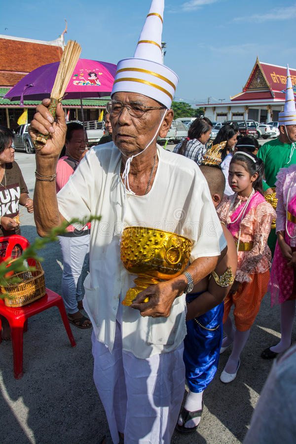 SAMUTPRAKARN TAJLANDIA, OCT, - 28: starzy człowiecy ubierają jak deva łączą przy mnichami buddyjskimi dla końcówki buddysta Pożyc fotografia stock
