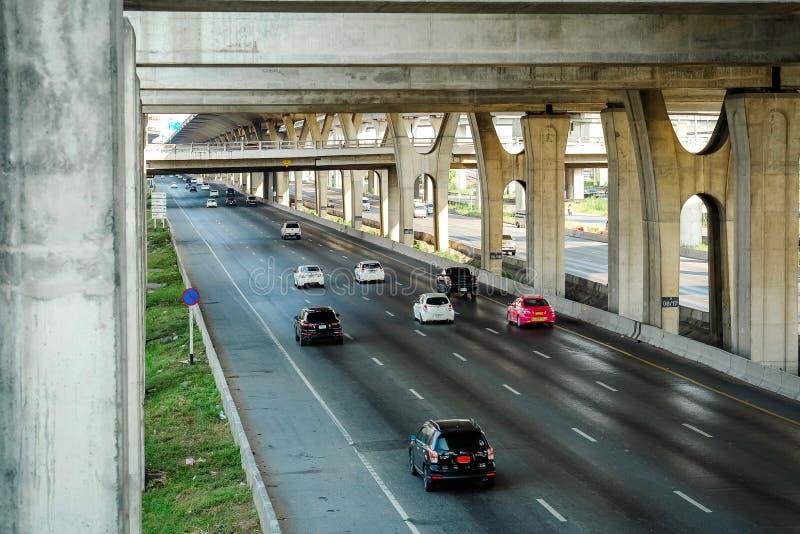 Samutprakarn Thailand - April 13 2019: Många bilar, bussen och motorcyklar orsakar trafikstockningar på vägkörningar som är paral royaltyfri foto