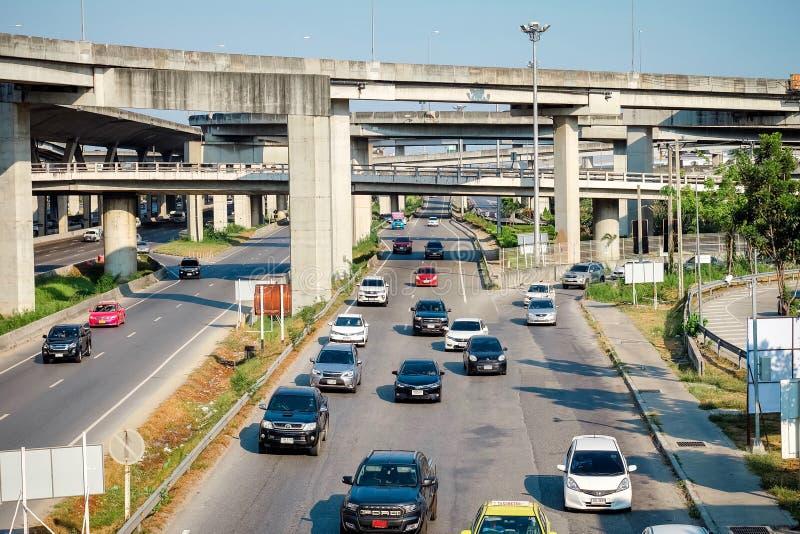 Samutprakarn Thailand - April 13 2019: Många bilar orsakar trafikstockningar på vägkörningar som är parallella till Bangna den Tr arkivbild