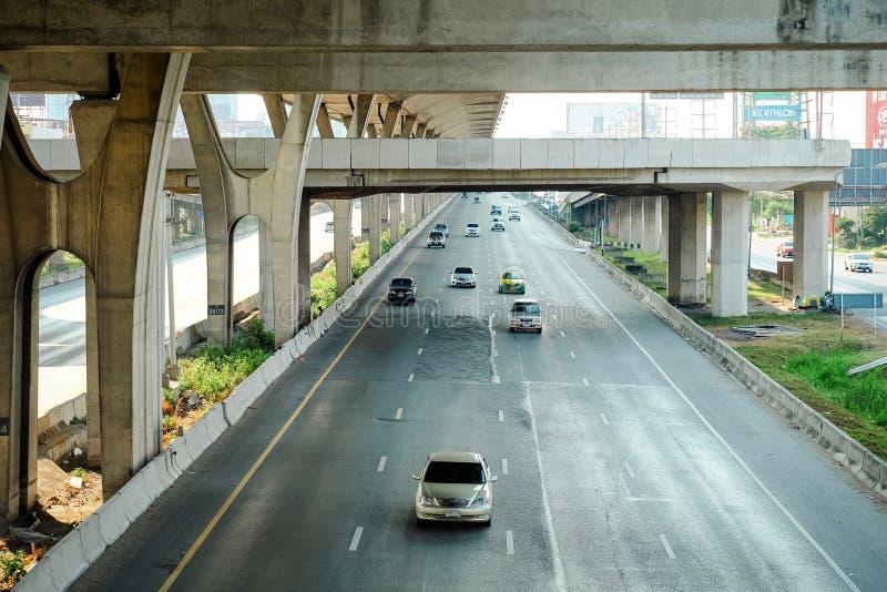 Samutprakarn Thailand - April 13 2019: Många bilorsakstrafikstockningar på vägkörningar som är parallella till Bangna den Trad mo arkivbilder