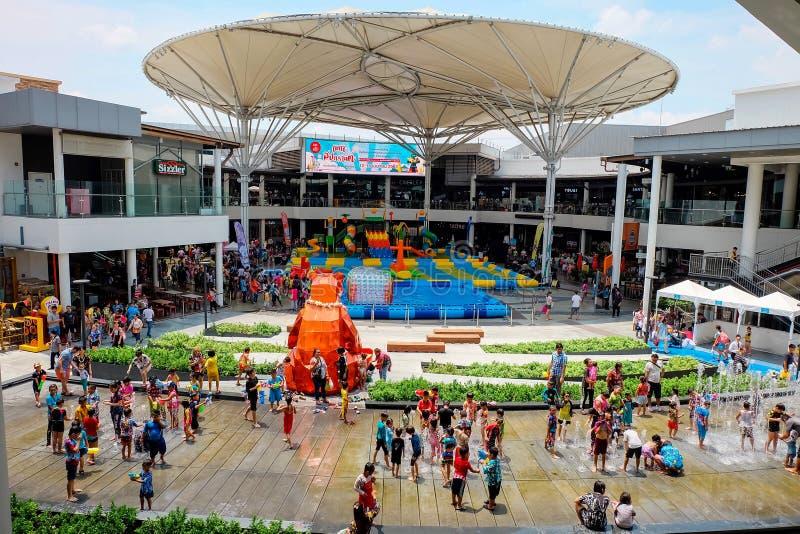 Samutprakarn Thailand - April 13 2019: Många personer är lek eller plaskavatten i den Songkran festivalen på den Megabangna shopp arkivbild