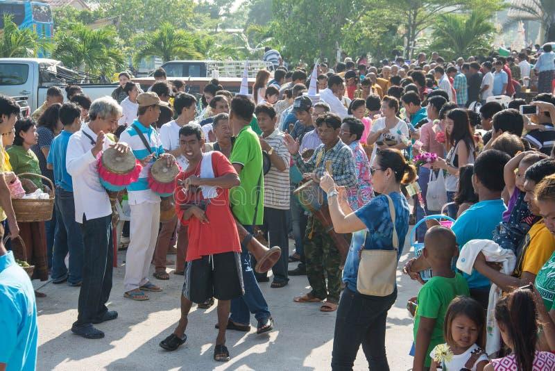 Samutprakarn, THAILAND - 28. Oktober: Leute spielen Musik und thailändischen traditionellen Tanz für Ende von buddhistischem Lent lizenzfreie stockbilder
