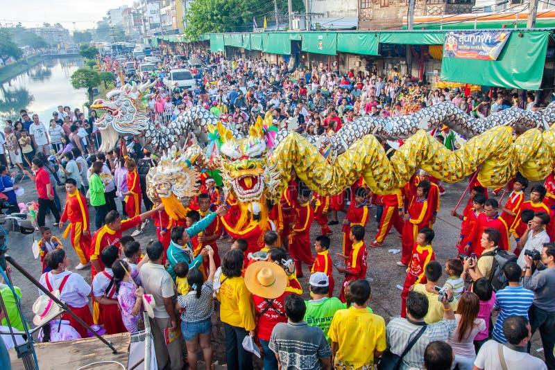 SAMUTSAKHON, TAILANDIA: 31 DE MAYO: Dragón de oro y león que hacen r imagen de archivo libre de regalías