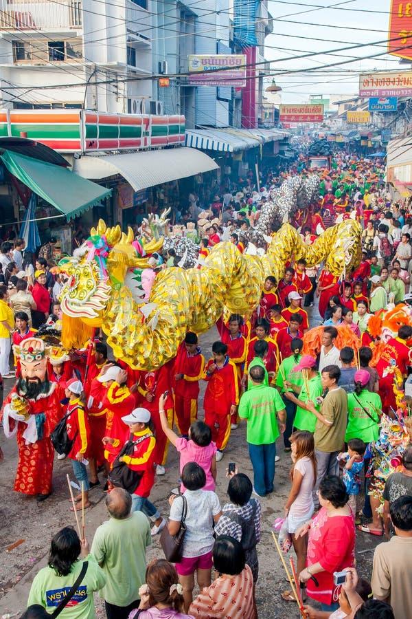 SAMUTSAKHON-THAILAND, 2008年5月11日:金黄龙和狮子做 免版税库存图片