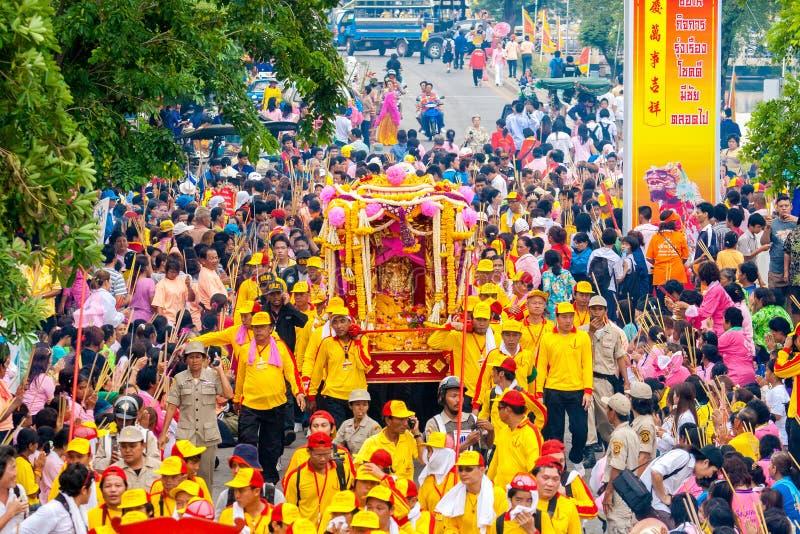 SAMUTSAKHON-THAILAND, EL 11 DE MAYO DE 2008: Dragón de oro y el hacer del león fotos de archivo libres de regalías