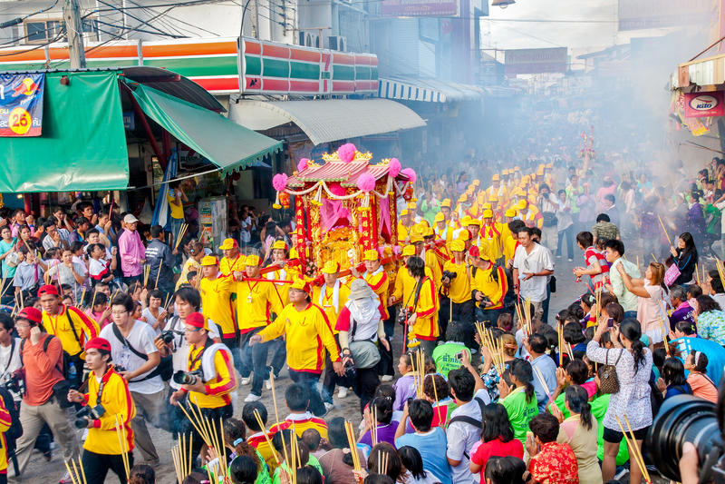 SAMUTSAKHON, THAILAND: AM 31. MAI: Goldener Drache und Löwe, die r tut lizenzfreies stockbild
