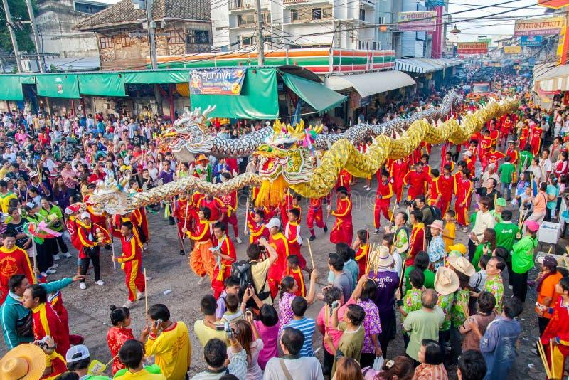 SAMUTSAKHON, THAILAND: AM 31. MAI: Goldener Drache und Löwe, die r tut stockbild