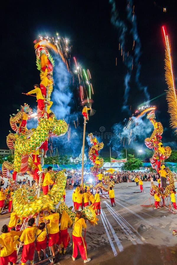SAMUTSAKHON, THAILAND: AM 31. MAI: Goldenes Drachezeigung im samutsak stockbild