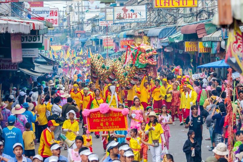 SAMUTSAKHON, THAILAND: 31 MEI: Gouden draak en Leeuw die r doen stock foto's