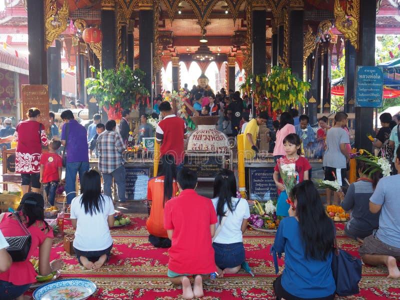 Samutsakorn,泰国- 2018年3月3日:做优点的未认出的佛教人民在寺庙 免版税库存图片