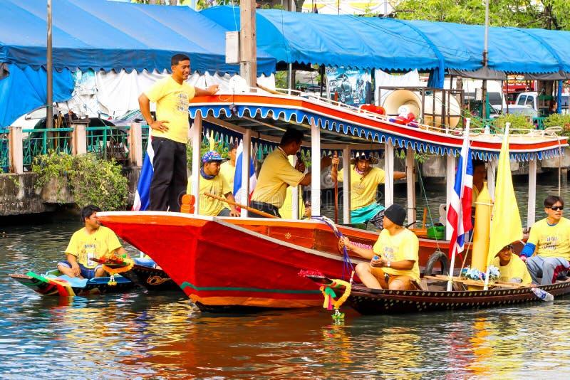 SAMUTSAKORN, ТАИЛАНД - 27-ое июля, большая шлюпка в парадах традиционных стоковое изображение rf
