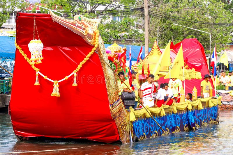 SAMUTSAKORN TAJLANDIA, LIPIEC, - 27, Duża łódź w paradzie Tradycyjnej fotografia royalty free