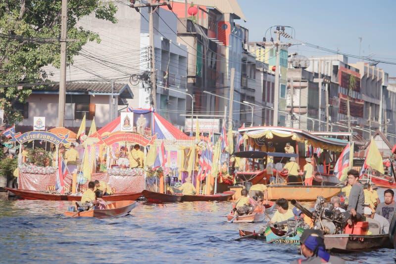 SAMUTSAKORN, TAJLANDIA - LIPIEC 16 2019 r., Parading of the świece to świątynia tajlandia Traditional at Katumban in Samutsakorn, obrazy royalty free