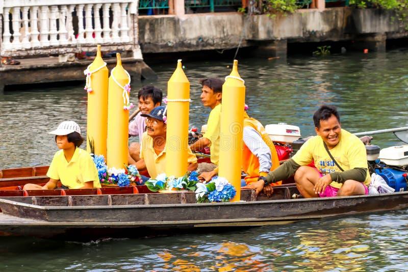 SAMUTSAKORN, THAÏLANDE - 27 juillet, défilés de bateau du plan rapproché quatre en BO photos libres de droits