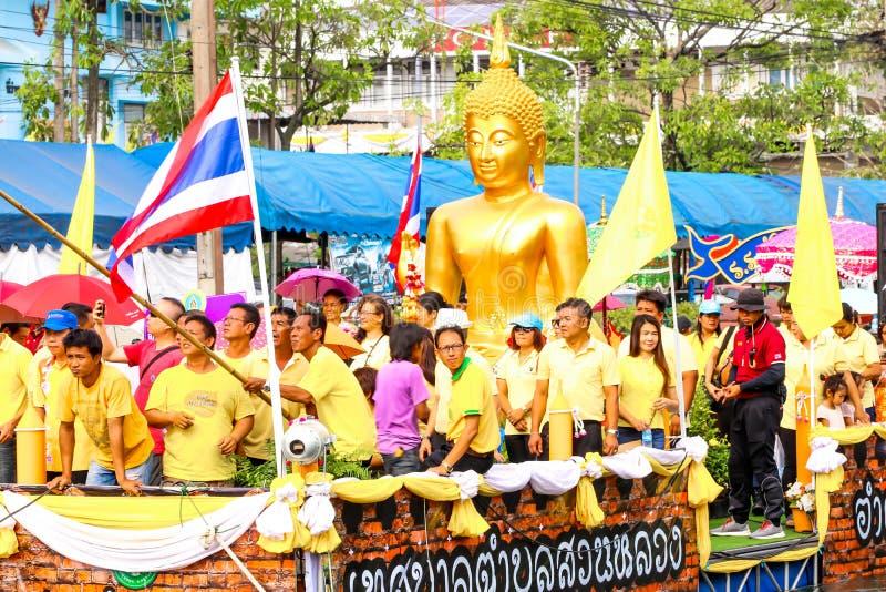 SAMUTSAKORN, THAILAND - JULI 27, stor Buddhastaty och folk in arkivbild
