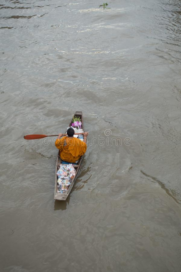 SAMUTSONGKHRAM, TAILANDIA - 6 GIUGNO: Il mercato di galleggiamento di Ampawa è a immagine stock libera da diritti
