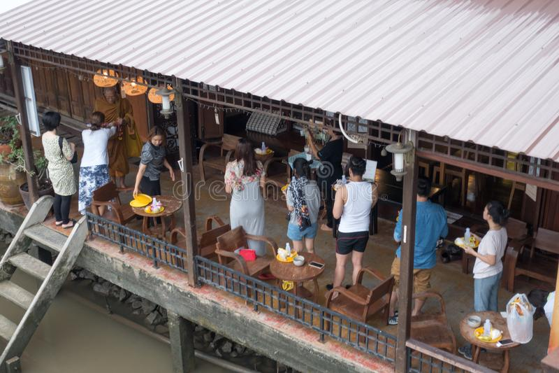 SAMUTSONGKHRAM, THAILAND - JUNI 6: Ampawa het drijven de markt is a stock afbeeldingen