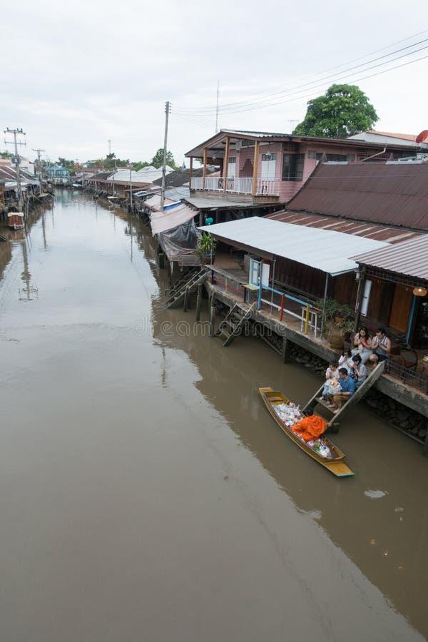 SAMUTSONGKHRAM, THAILAND - JUNI 6: Ampawa het drijven de markt is a stock afbeelding