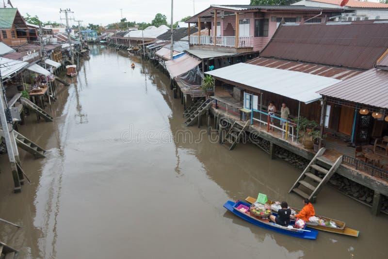 SAMUTSONGKHRAM THAILAND - JUNI 6: Ampawa som svävar marknaden, är a arkivbilder