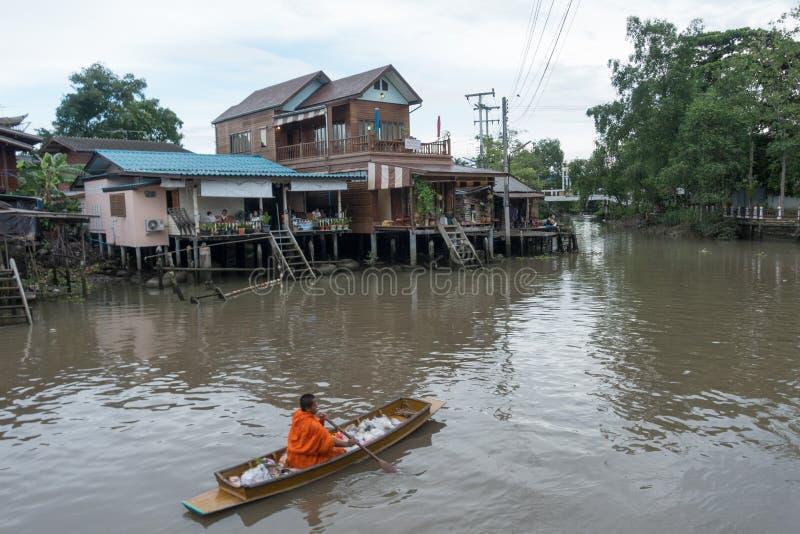 SAMUTSONGKHRAM THAILAND - JUNI 6: Ampawa som svävar marknaden, är a royaltyfri foto