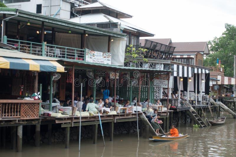 SAMUTSONGKHRAM THAILAND - JUNI 6: Ampawa som svävar marknaden, är a royaltyfria foton