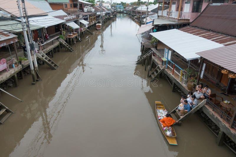 SAMUTSONGKHRAM THAILAND - JUNI 6: Ampawa som svävar marknaden, är a royaltyfri fotografi