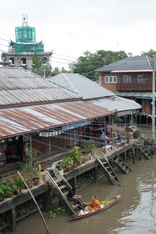 SAMUTSONGKHRAM THAILAND - JUNI 6: Ampawa som svävar marknaden, är a fotografering för bildbyråer