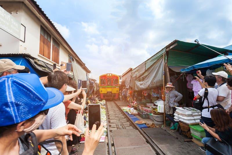 SAMUTSONGKHRAM, THAILAND - 10. NOVEMBER 2017: Der berühmte Bahnmarkt bei Meaklong, stockbilder