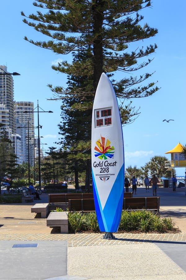 Samväldesspelennedräkningklockan som formas som en surfingbräda, är fyra meter högväxt och står på strandslutet av den Cavill ave arkivbilder