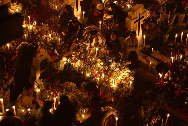 SAN ANDRÃ ‰ S MIXQUIC, MEXICO - NOVEMBER 2012: Jaarlijkse die herdenking als `-La Alumbrada ` in de loop van de dag van de doden  stock fotografie