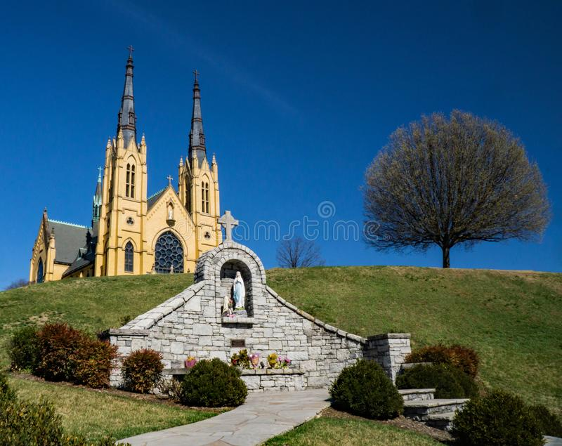 San Andrew Catholic Church, vergine Mary Memorial ed albero fotografia stock libera da diritti