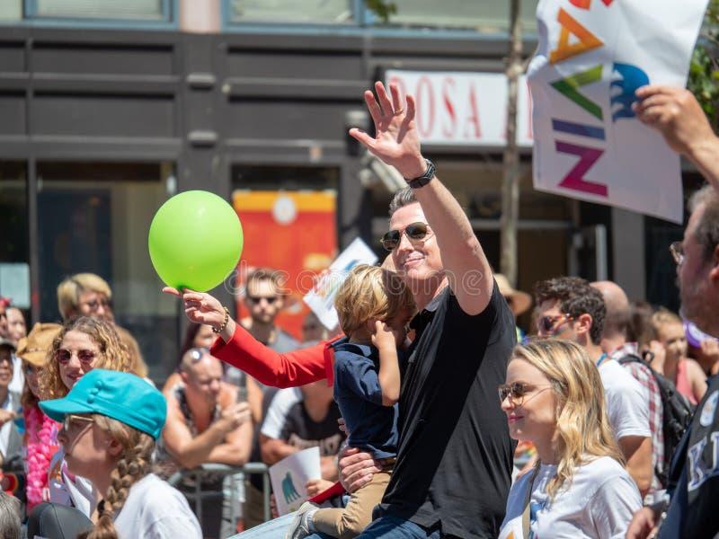 San anterior Francisco Mayor Gavin Newsom acena na multidão no San 2018 Francisco Pride Parade fotografia de stock royalty free