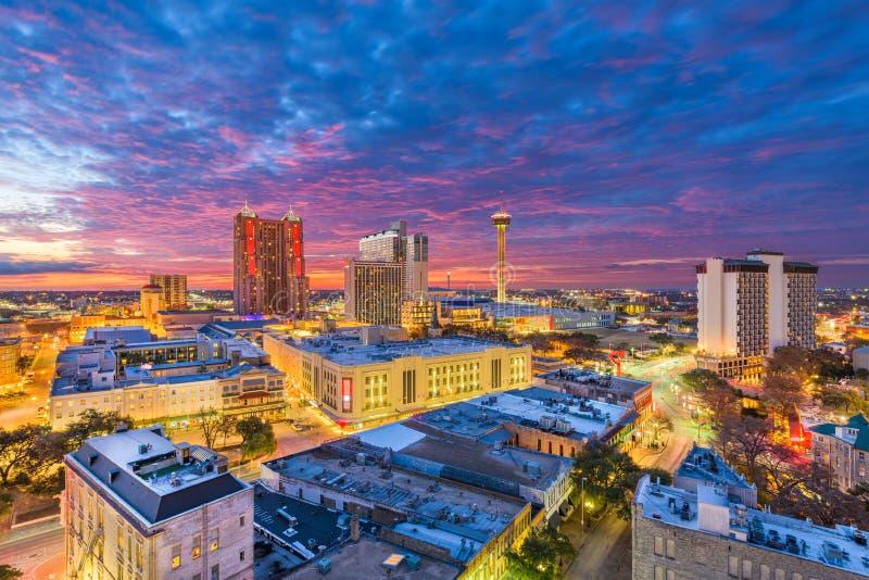 San Antonio, il Texas, orizzonte di U.S.A. al crepuscolo fotografie stock libere da diritti