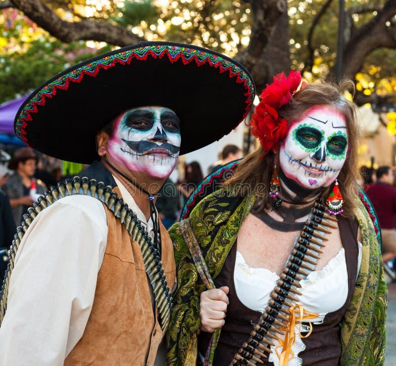 SAN ANTONIO, il TEXAS - 28 ottobre 2017 - coppie indossa i costumi ed i fronti dipinti cranio dello zucchero per Dia de los Muert immagine stock libera da diritti