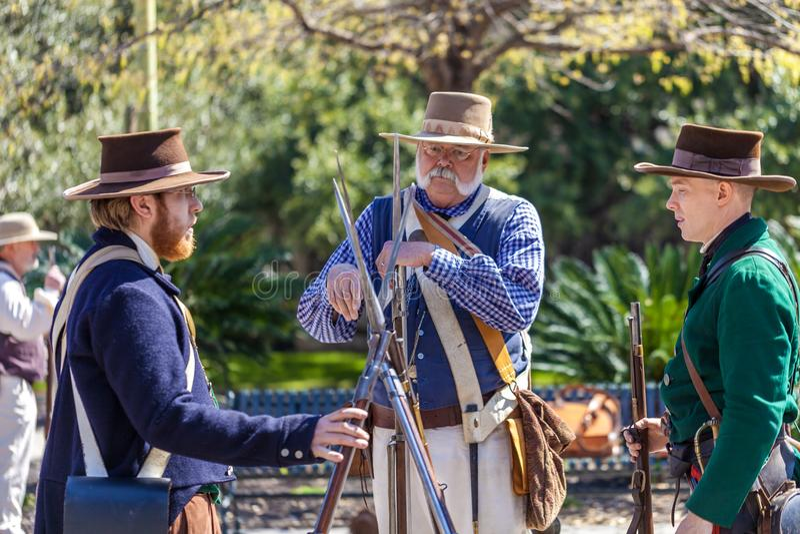 SAN ANTONIO, le TEXAS - 2 mars 2018 - des hommes habillés en tant que soldats du 19ème siècle participent à la reconstitution de  image libre de droits