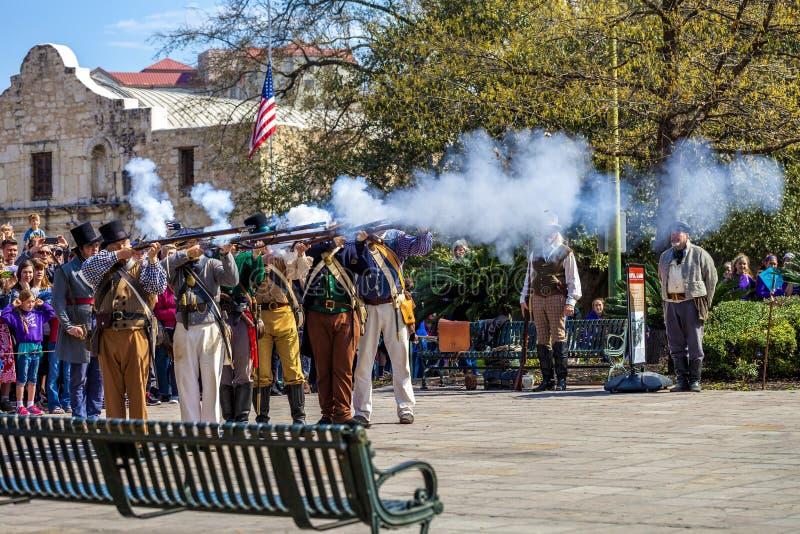 SAN ANTONIO, le TEXAS - 2 mars 2018 - les gens participent à la reconstitution de la bataille d'Alamo, qui a eu lieu entre le Fe photographie stock libre de droits