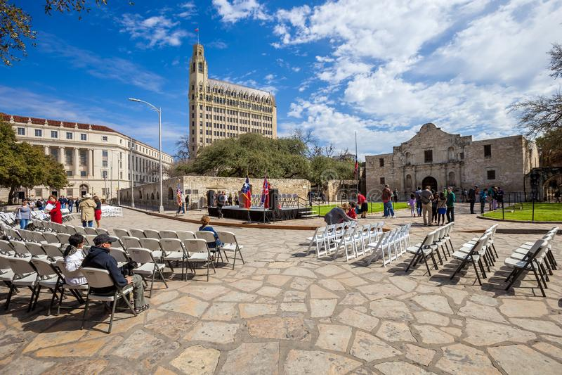 SAN ANTONIO, le TEXAS - 2 mars 2018 - les gens recueillent pour observer la 182nd commémoration du siège et de la bataille d'Alam photos libres de droits