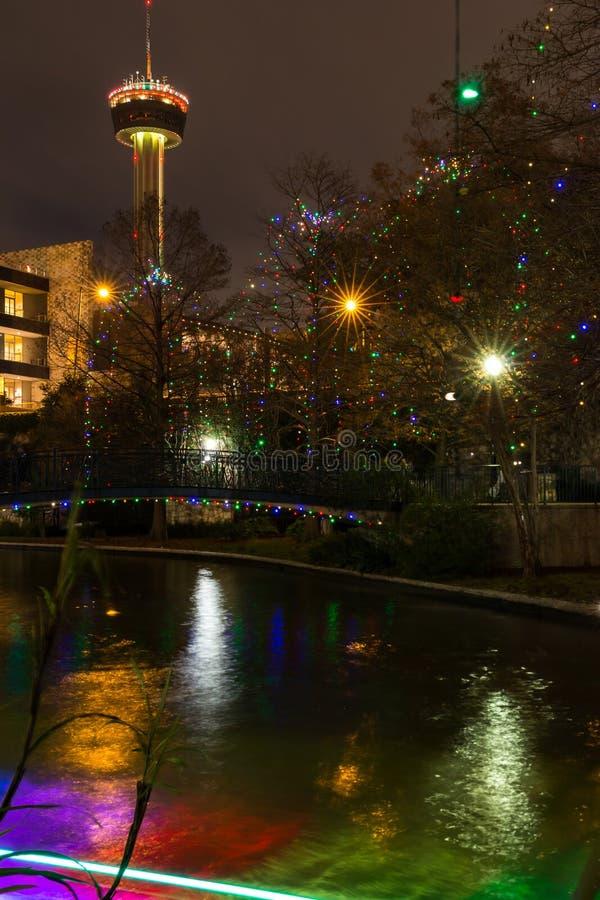 San Antonio Riverwalk au temps de Noël de nuit avec de l'horizon photos stock