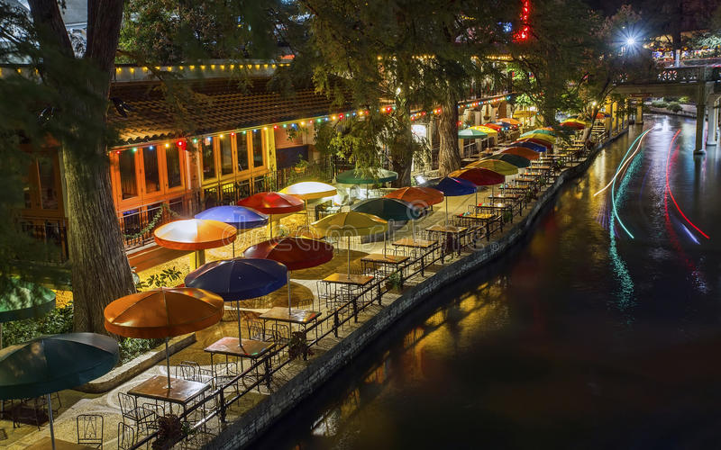 San Antonio Riverwalk bij nacht stock foto's