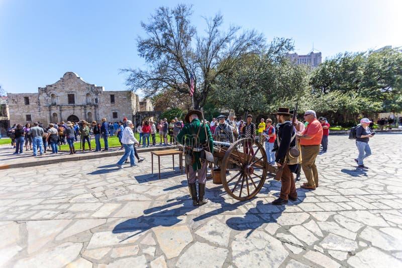 SAN ANTONIO, TEJAS - 2 de marzo de 2018 - gente recolectada para participar en la 182a conmemoración del cerco y de la batalla de fotos de archivo libres de regalías