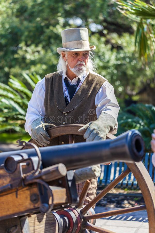 SAN ANTONIO, TEJAS - 2 de marzo de 2018 - hombre vestido como soldado del siglo XIX participa en la reconstrucción de la batalla  imágenes de archivo libres de regalías
