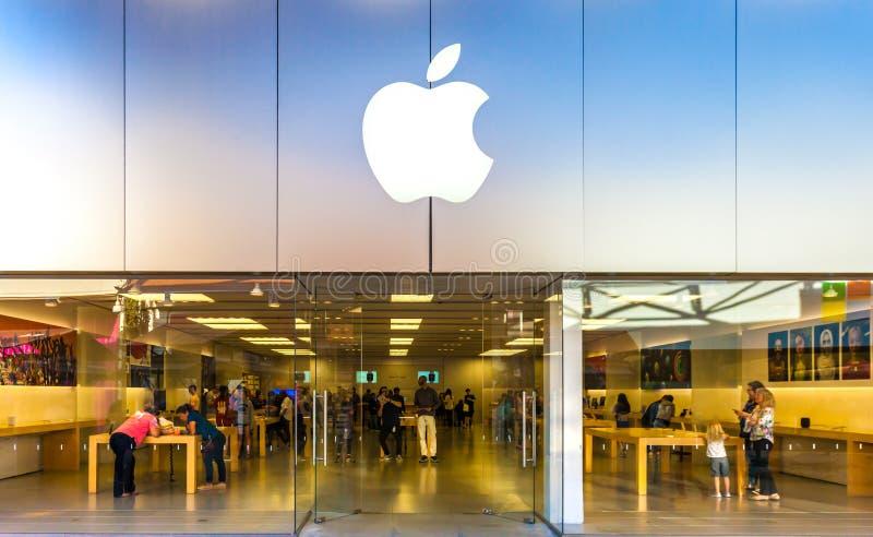 SAN ANTONIO, TEXAS - 12 de abril de 2018 - entrada da loja de Apple encontrada na alameda de Cantera do La com compra dos povos imagens de stock